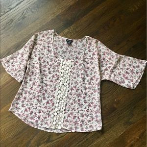 Price ⬇️Size Med. sheer floral top w lace detail